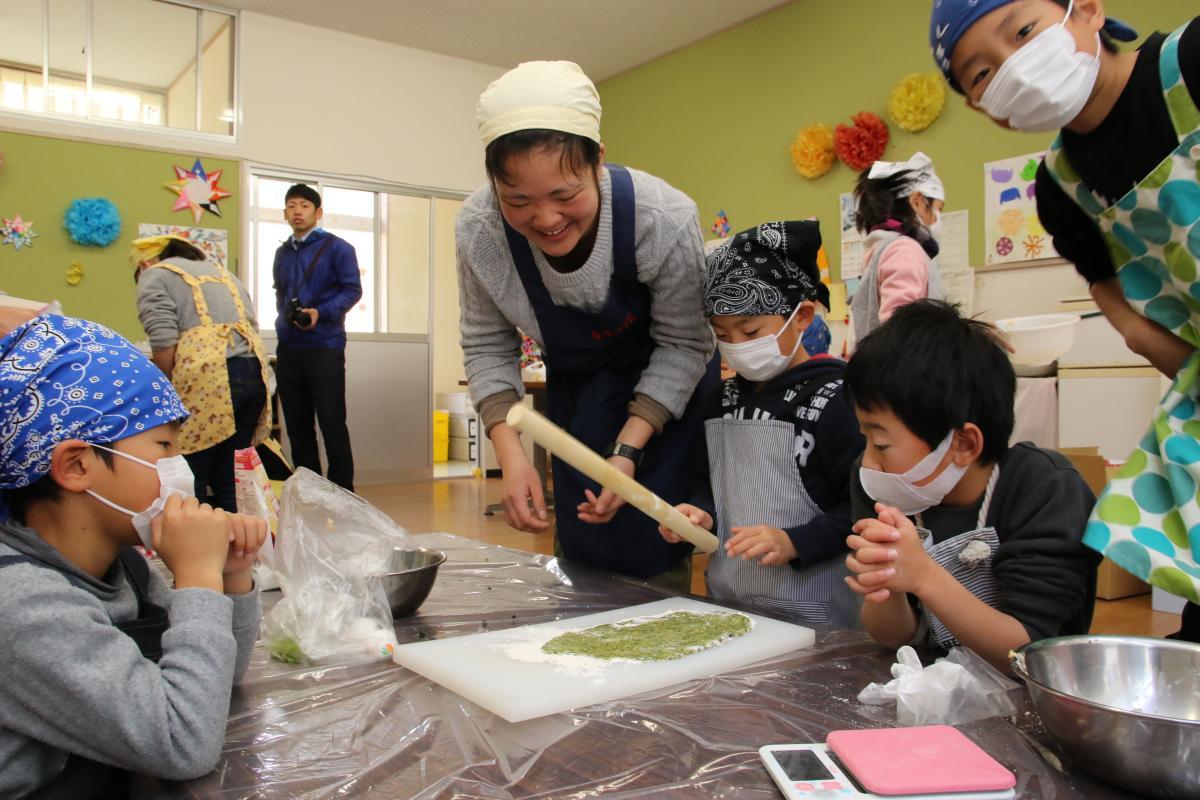 『児童クラブ×緑の協力隊 野菜を使ったお菓子作りに挑戦』の写真